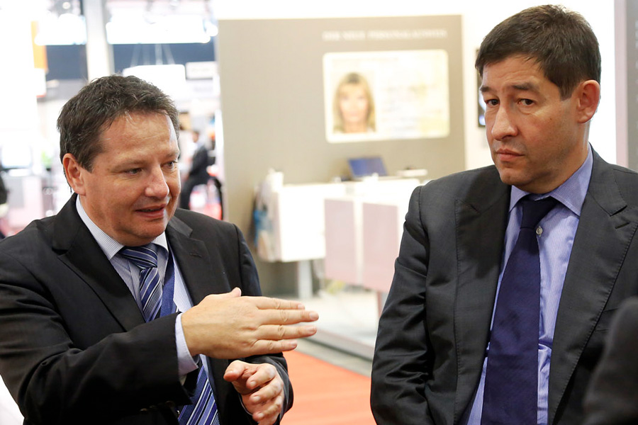 Rolf Schumacher (Director General of the Ministry of Finance and Economics in Baden-Württemberg, right) talks to Uwe Seltmann (CEO, icon Systemhaus GmbH) at DMS Expo 2012